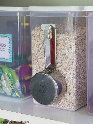 cuillère accrochée avec crochet adhésif