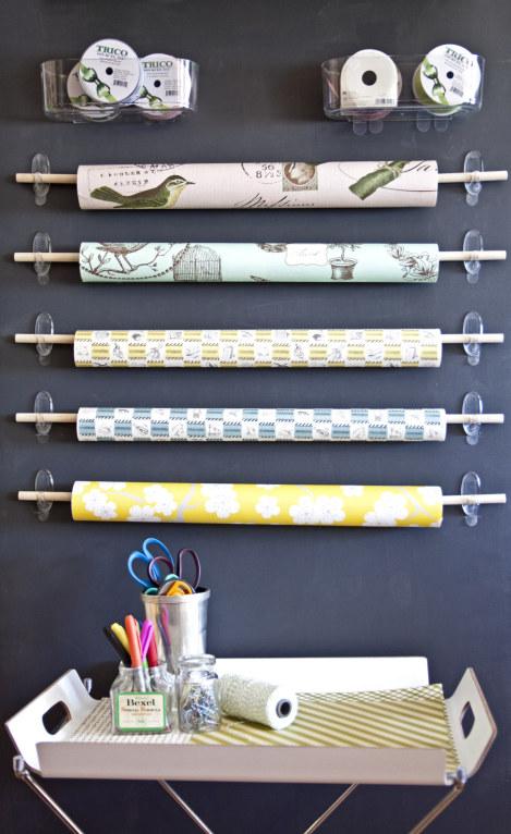 utiliser crochets adhésifs pour ranger rouleaux de papiers cadeaux