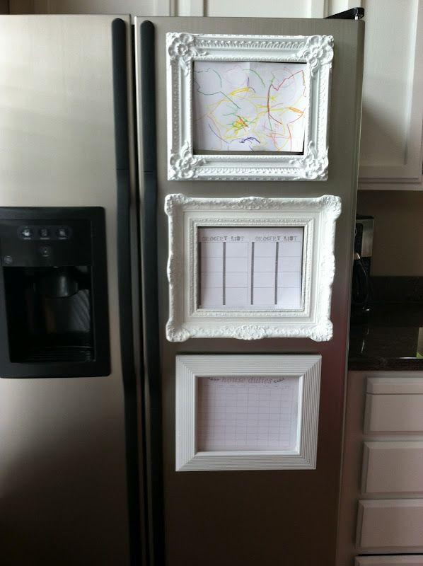 un cadre photo Sur le réfrigérateur pour mettre l'accent sur le joli dessin du moment, le planning de la semaine ou la liste de courses