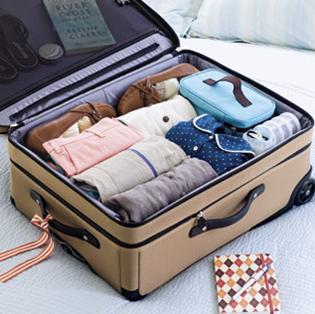 Préparer sa valise : les vêtements roulés très serrés permettent de gagner de la place .