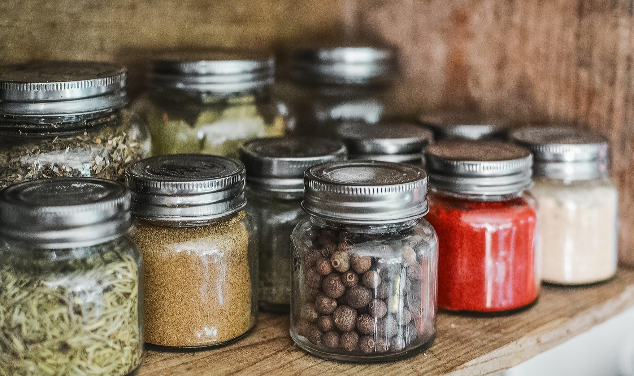 cuisine organisée : vous pouvez organiser vos épices et condiments de manière à les avoir toujours sous la main en les regroupant sur une étagère, dans un organiseur à épices, ou un tiroir spécifique par exemple.