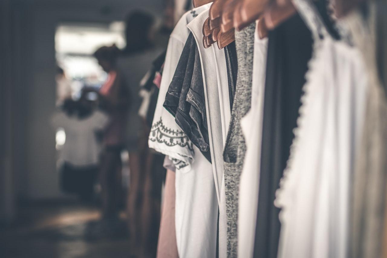 désencombrer rapidement par quoi commencer ? les vêtements font partie des 15 objets que je vous conseille dans mon article