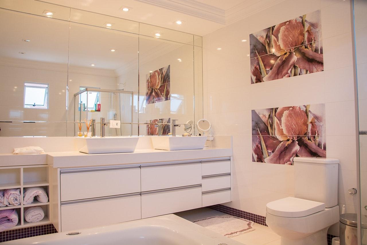 Privilégier des placards dans les petites salles de bain